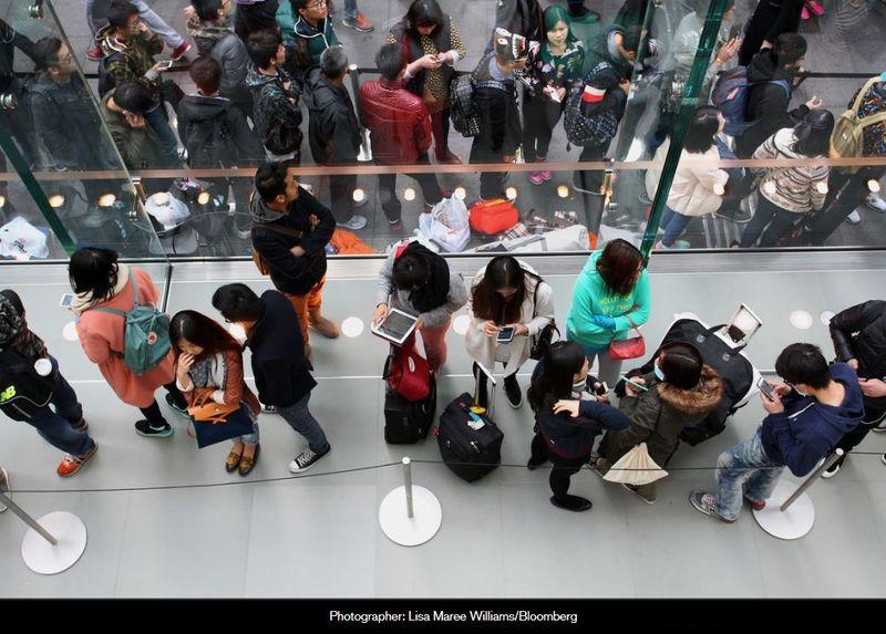 Hàng dài khách hàng đợi chờ được mua Iphone 6