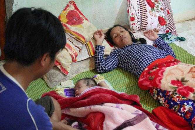 Vợ ngư dân Trương Văn Bảy ngất lên ngất xuống khi hay tin dữ từ Trường Sa