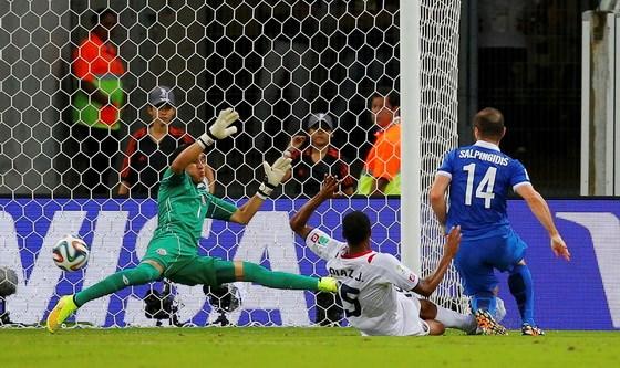 Hy Lạp bỏ lỡ cơ hội nâng kết quả tỉ số trận đấu Costa Rica - Hy Lạp lên 1-0