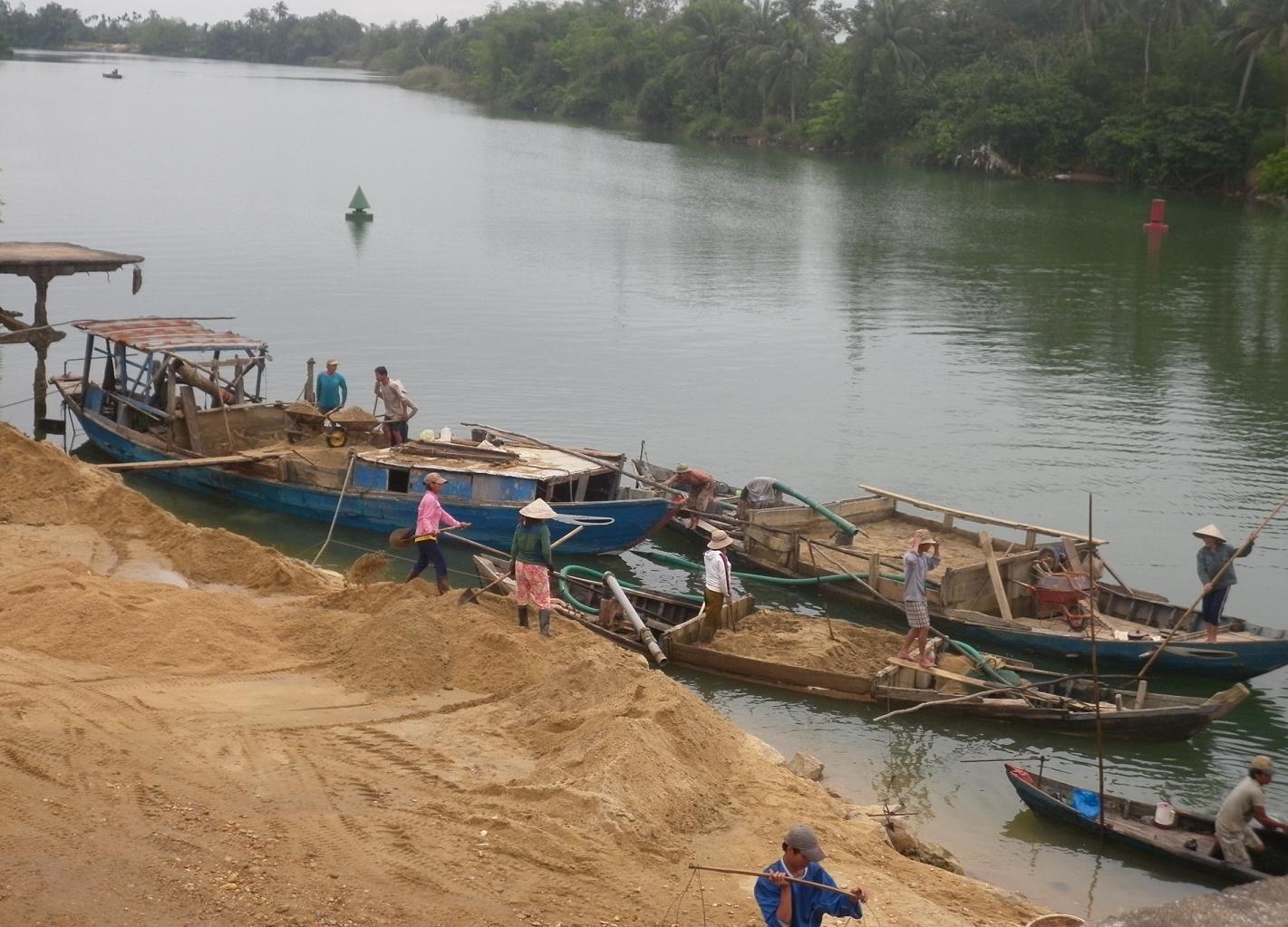 Nạn khai thác cát trái phép đang hoành hành ở nhiều địa phương, gây bất bình trong xã hội