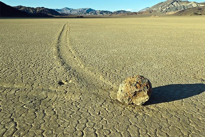 Những hòn đá 'biết đi' thu hút nhiều người hiếu kỳ