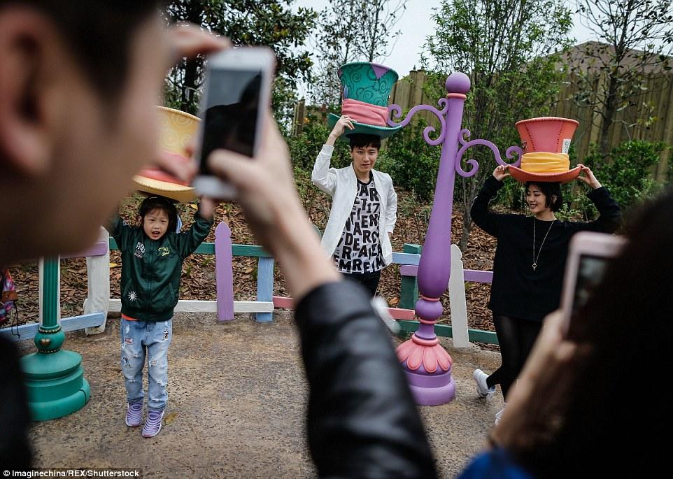 Hầu hết các trò chơi tại Disney Land Trung Quốc được cho là tương đối đắt. Du khách chụp ảnh theo chủ đề với mẫu đã được xây dựng sẵn được cho là trò rẻ nhất hiện nay.