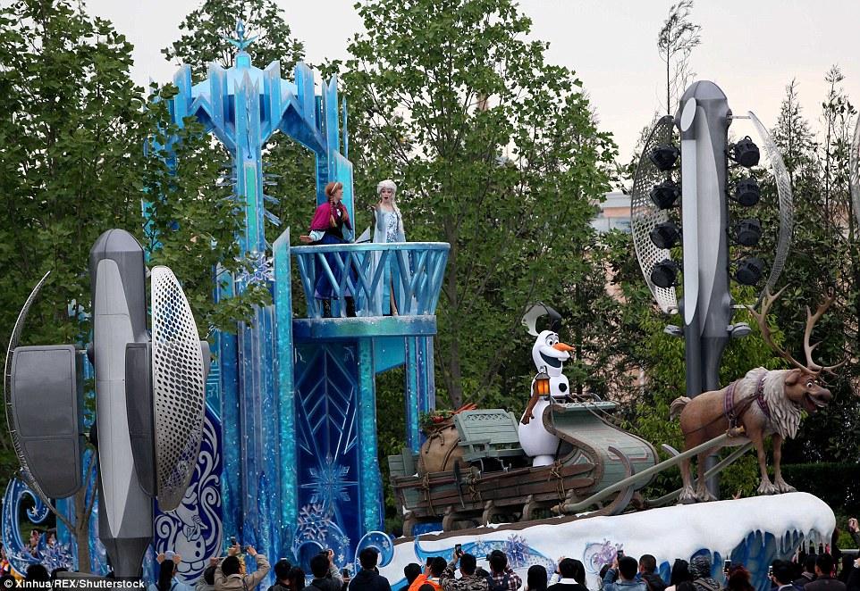 Đến với Disney Land phiên bản Trung Quốc du khách sẽ được khám phá theo những chủ đều khác nhau như: Chơi những trò chơi hiện đại nhất hiện nay trên thế giới, ngỡ ngàng trước nhân vật hoạt hình ngoài đời thực, thưởng thức ẩm thực Trung Quốc, hay du thuyền khám phá thế giới hoạt hình ngoài đời thực.