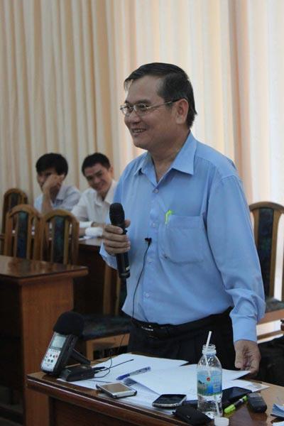 Ông Lương Khánh Thuận giải trình trước UBND tỉnh và báo chí vào chiều 16-4