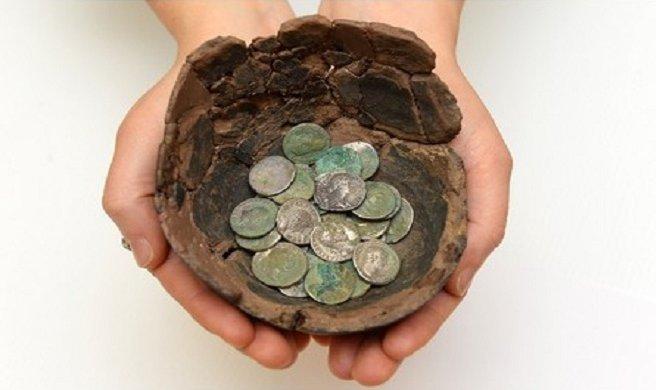 Kho báu gồm 91 đồng xu bạc từ thời La Mã với niên đại trên 2.000 năm ở xứ Wales