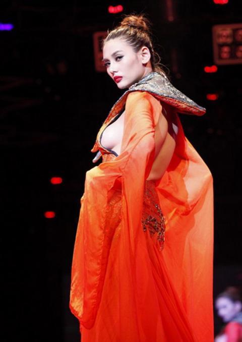 Võ Hoàng Yến cũng là người đẹp từng gặp nhiều tai tiếng vì  chuộng mốt khoe thân lộ liễu. Cô đã từng bị xử phạt vì hành động này.