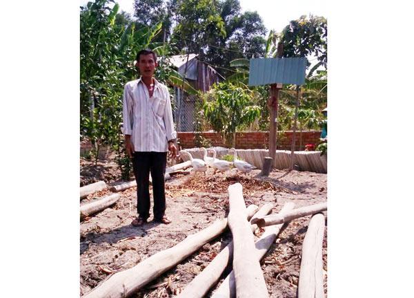 Ông Nguyễn Văn Bỉ trên nền đất xây chòi nuôi vịt