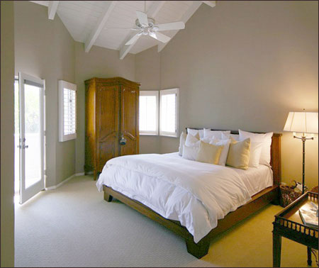 Không gian phòng ngủ sẽ rộng hơn nếu khéo léo sắp xếp lại đồ dùng