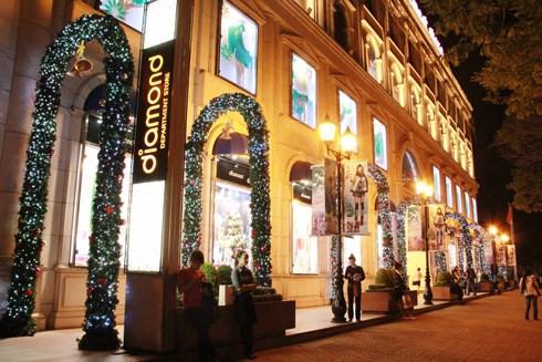 Diamon Plaza tại trung tâm TP.HCM được trang trí rực rỡ trong đêm Giáng sinh