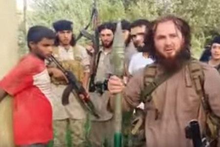 Những tên khủng bố IS vây quanh nạn nhân