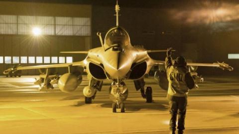 Tiêm kích Rafale của Pháp chuẩn bị xuất kích tấn công IS