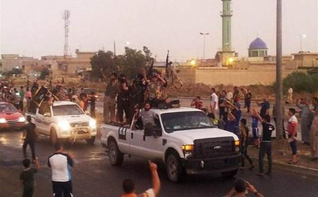 Khủng bố IS diễu hành trên một đường phố ở thành phố Mosul của Iraq
