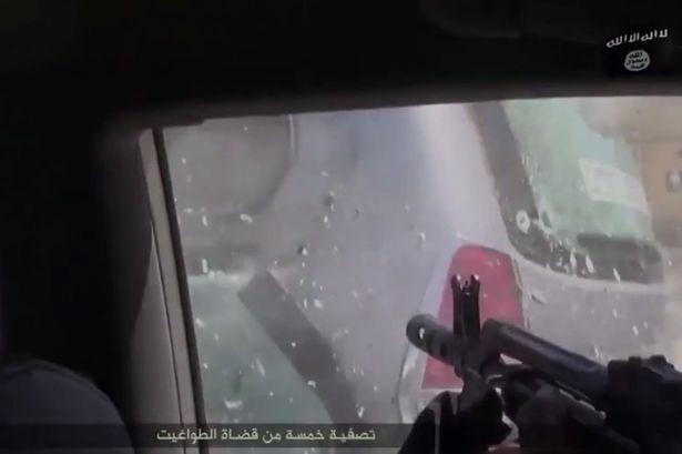 Đoạn phim rùng rợn cho thấy nhóm khủng bố IS thực hiện một cuộc xả súng tàn bạo