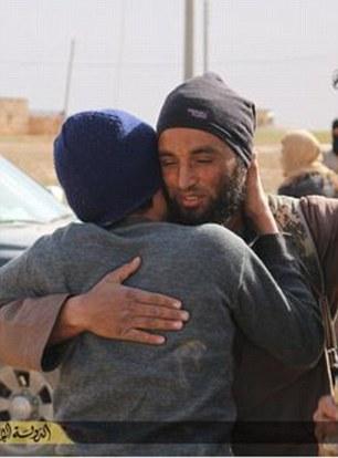 Phiến quân khủng bố IS khoác vai và 'an ủi' nạn nhân bị ném đá (thứ ba từ trái sang)