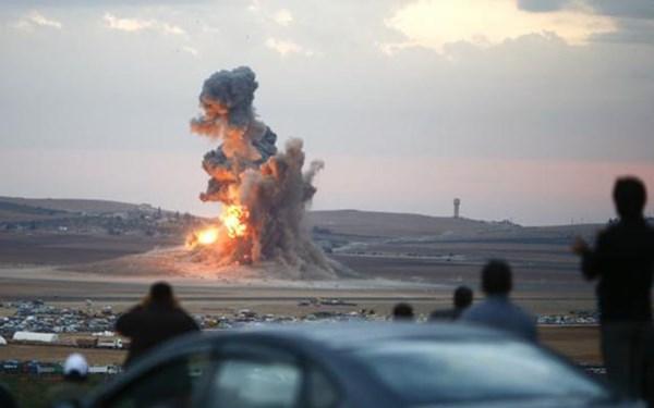 Khói lửa bốc lên trên một ngọn đồi của thị trấn Kobani, Syria sau đợt không kích