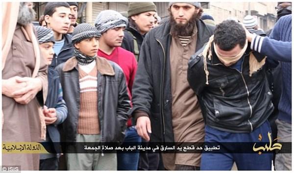 Kẻ trộm bị phiến quân IS dẫn ra quảng trường để thi hành biện pháp chặt tay