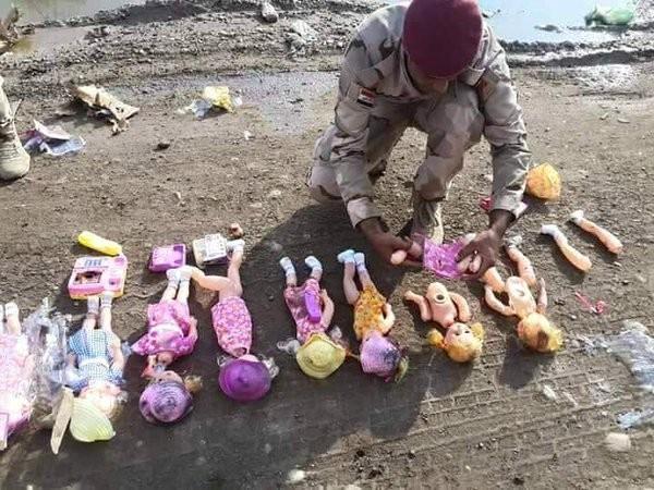 Cảnh sát thành phố Baghada tháo từng bộ phận của những con búp bê để lấy chất nổ do khủng bố IS gài bên trong