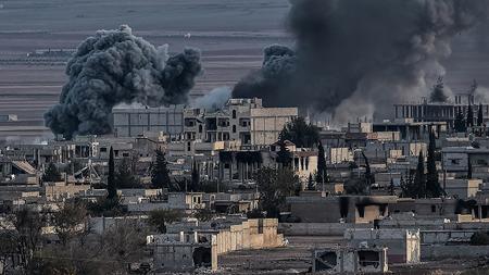 Khói đen bốc lên sau khi máy bay không kích phiến quân IS tại thành phố Kobane, Syria