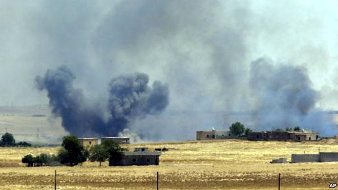 Khói từ một cuộc không kích của Mỹ tấn công khủng bố IS tại vùng ngoại ô Tal Abyad, Syria