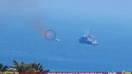 Tên lửa (trong vòng tròn) được bắn ra từ phía các tay súng khủng bố trên bờ biển