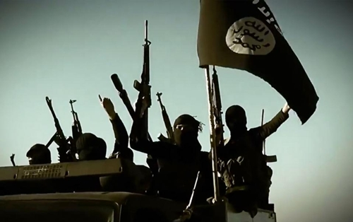 Khủng bố IS giương cờ và súng tại một địa điểm chưa xác định trong một video chúng đăng tải