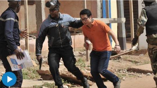 Một người được đưa khỏi vụ tấn công vào khách sạn Radisson tại thủ đô của Mali hồi tháng 11