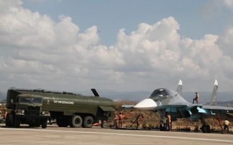 Máy bay Su-34 của Nga đang được tiếp nhiên liệu để chuẩn bị tấn công tổ chức khủng bố IS