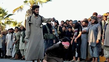 Tổ chức khủng bố IS đọc cáo trạng và xử tử phạm nhân ngay giữa phố