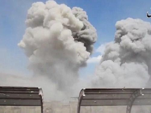 Khói lớn bốc lên sau vụ không kích nhóm khủng bố IS