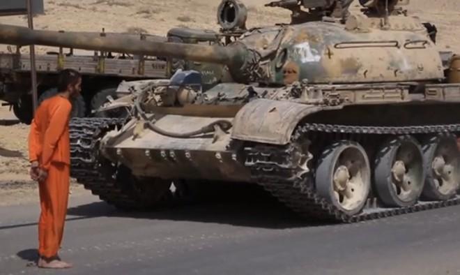 Tổ chức khủng bố IS tung video quay cảnh xe tăng của nhóm này cán qua người một binh sĩ Syria
