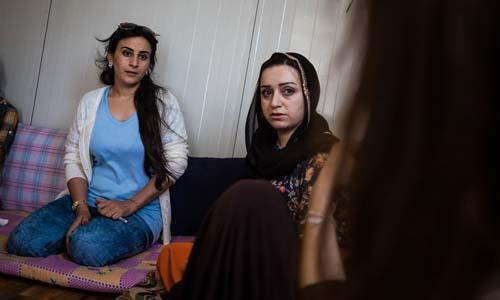 Seedo (áo trắng) và Yunis đang lắng nghe một nạn nhân của IS chia sẻ câu chuyện