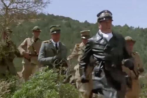 Một đoạn trong video cho thấy cảnh nhân vật của Oliver Reed đang nhìn quân đội Italy bị tấn công