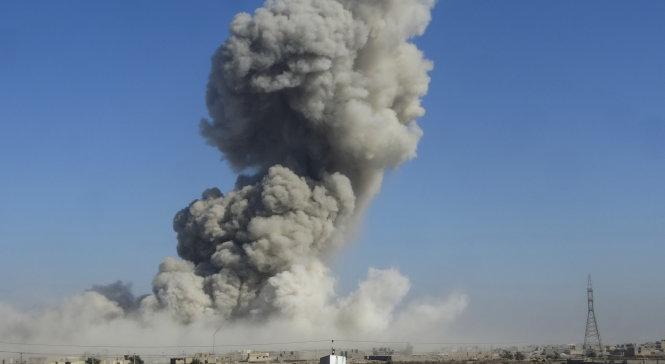 Khói bốc lên từ vị trí của tổ chức khủng bố IS bị liên quân Mỹ đánh bom ở Ramadi
