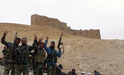 Quân đội chính phủ Syria vẫy chào gần thành cổ Palmyra sau khi giành được chiến thắng trước khủng bố IS
