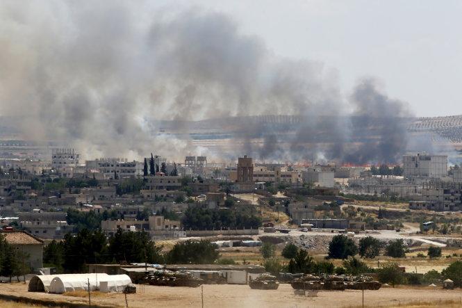 Khói lửa bốc lên từ một ngôi làng người Kurd ở Kobane