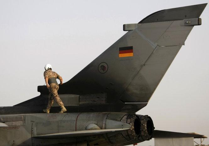 Một binh sĩ Đức đứng trên máy bay Tornado