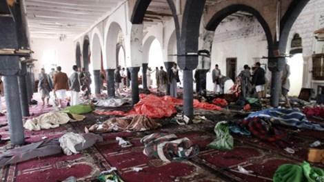 Hiện trường vụ đánh bom đẫm máu vào đền thờ ở Yemen hồi tháng 3-2015