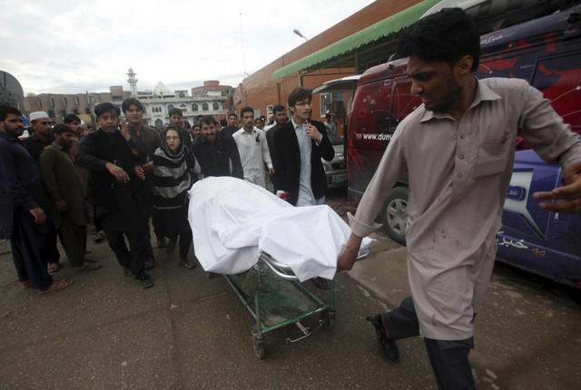 Thi thể một phụ nữ được chuyển đi tại Peshawar, Pakistan