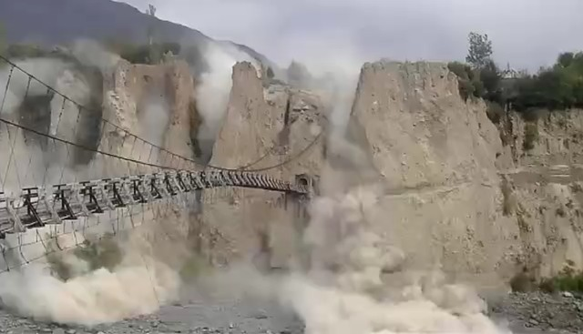 Lở đất ở 1 cây cầu gần Danyore, Pakistan