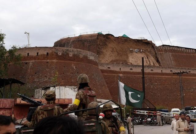Quân đội Pakistan quan sát một pháo đài bị hư hại do trận động đất gây ra ở Peshawar