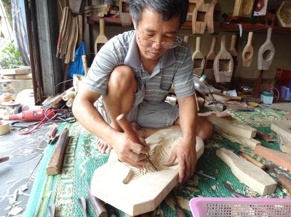 """Ông Trần Văn Bản có thâm niên hơn 30 năm trong nghề cho biết: """"Khuôn của ông được làm bằng gỗ xà cừ và gỗ thị. Các sản phẩm làm ra phục vụ chủ yếu cho các hộ làm bánh tại Xuân Đỉnh, các chợ và cơ sở sản xuất bánh trung thu trong nước."""""""