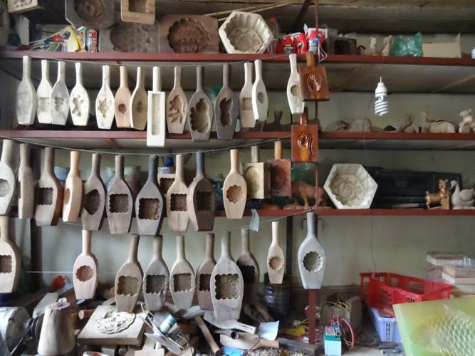 Tháng 5 âm lịch là thời điểm ở làng Định Quán bắt đầu mùa làm khuôn bánh trung thu.