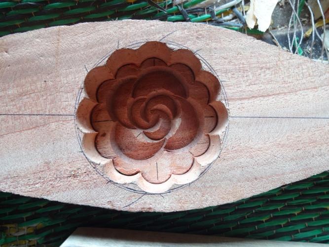Trước khi đục khuôn người thợ phải dùng máy để cắt gỗ thật khéo để phù hợp và đúng bản đã vẽ.