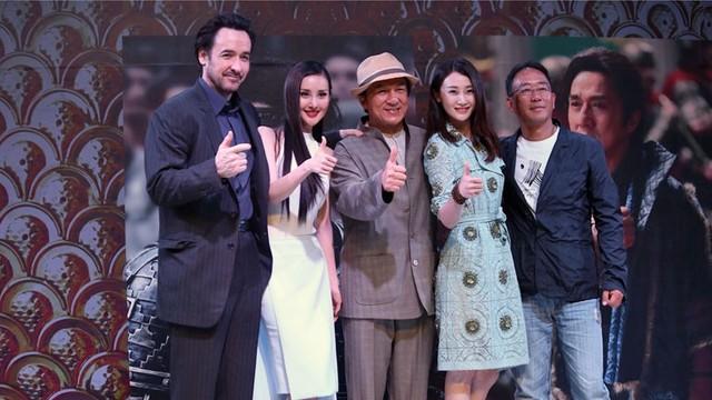Đoàn làm phim Kiếm Rồng trong lễ ra mắt phim ở Thượng Hải