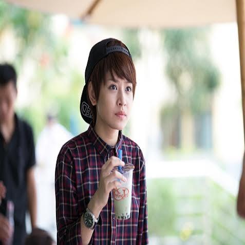 """15. Từ mái tóc dài buông thõng, có thời điểm, Chi Pu đã """"xuống tóc"""" để trở thành """"cô nàng đẹp trai"""" trong phim ngắn  """"My Sunshine"""" với sự thay đổi đầy nam tính, mạnh mẽ và táo bạo."""