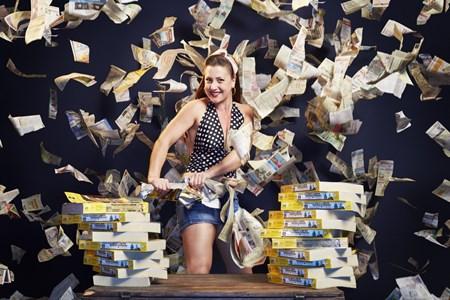 Người phụ nữ Mỹ Linsey Lindberg đã xé được 5 cuốn sổ điện thoại dày trong vòng 1 phút. Từ khi còn trẻ, cô làm việc cho một đoàn kịch, năm 25 tuổi cô bắt đầu quyết tâm lập kỷ lục về sức mạnh.