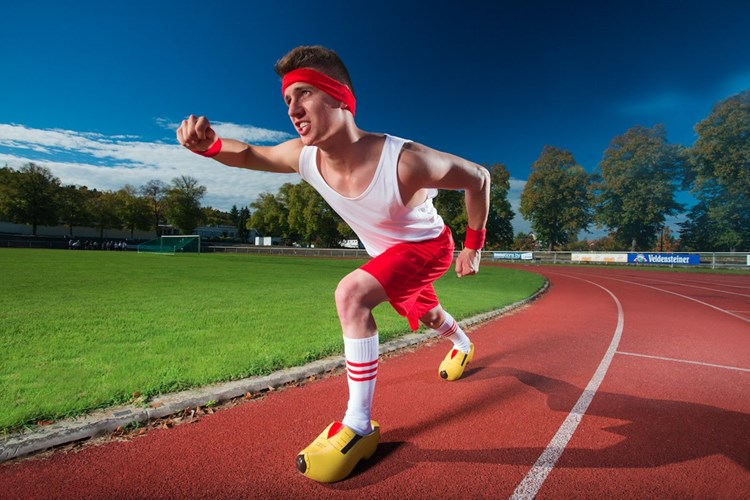 Kỷ lục chạy 100 m nhanh nhất bằng giày trượt tuyết ghi danh Andre Ortolf, 21 tuổi, người Đức với thành tích là 17,65 giây.