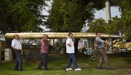 Chiếc bút bi này do anh Acharya Makunuri Srinivasa người Ấn Độ chế tạo, tổng chiều dài thân bút là 5,5 mét, quả là rất hoành tráng.