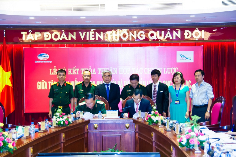 Đồng chí Nguyễn Quân, Ủy viên Trung ương Đảng, Bộ trưởng Bộ Khoa học và Công nghệ và các đại biểu chứng kiến lễ ký kết.