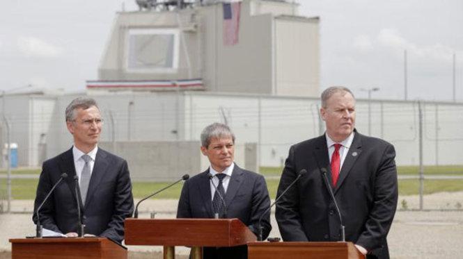 Các quan chức Mỹ, NATO và Romania trong lễ kích hoạt hệ thống phòng thủ tên lửa tại căn cứ không quân Deveselu